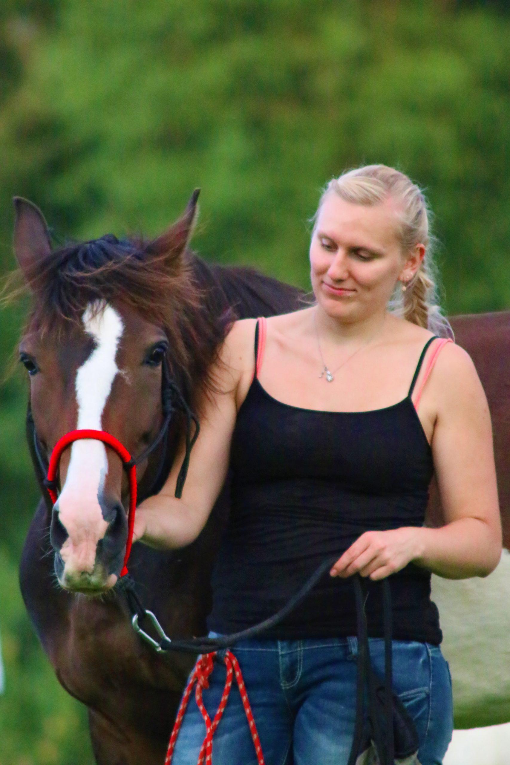 Mona mit ihrem Pferd Dina